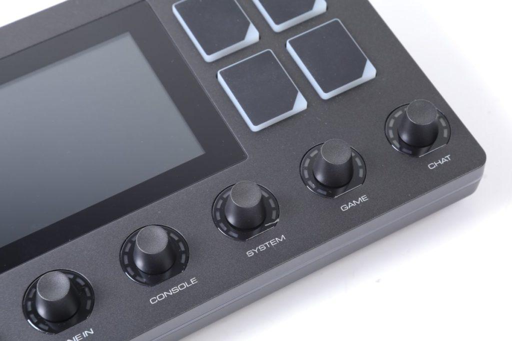 下方有混音用旋鈕,屬有段式設計,手感不錯。