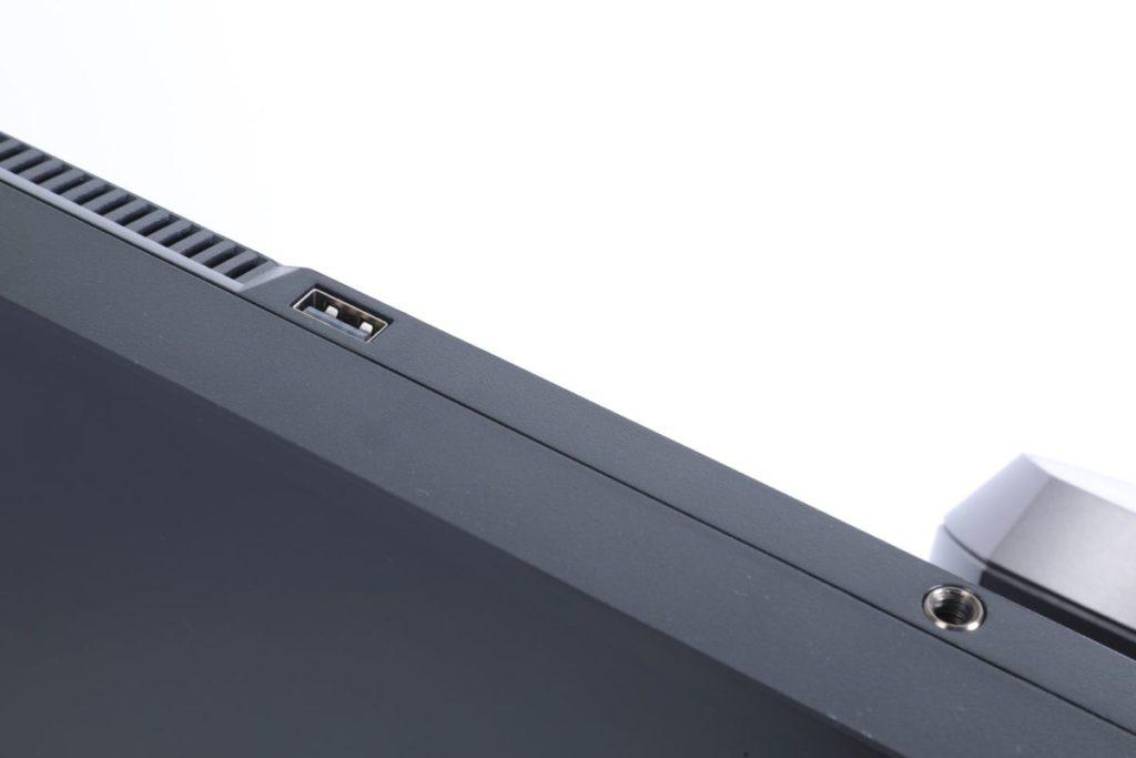 頂部增設一個USB插孔及鏡頭腳架孔,用作連 接USB鏡頭。