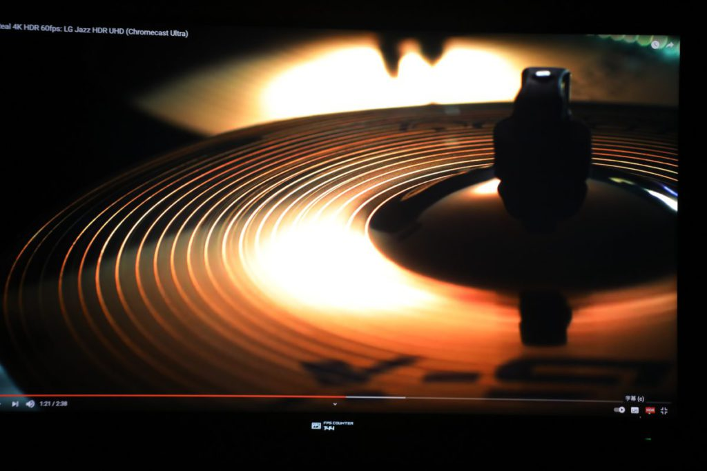 在同一片段中分別以開及 關HDR進行測試,可見開啟 後的對比度極高,更能顯示 樂器暗沉的質感。