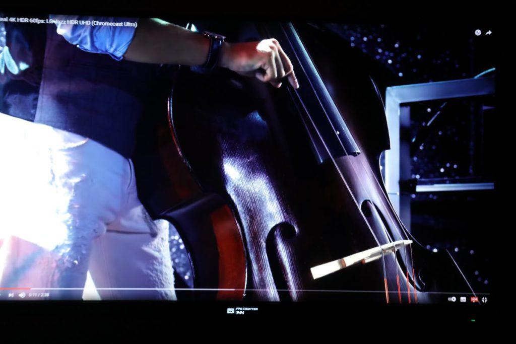 在開啟HDR後,於測試影片中可明確看到大提琴的畫面,明暗部分都很有層次。