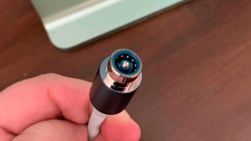 新的磁吸電源接口在 4 月發表的 24 吋 iMac 上首次現身。