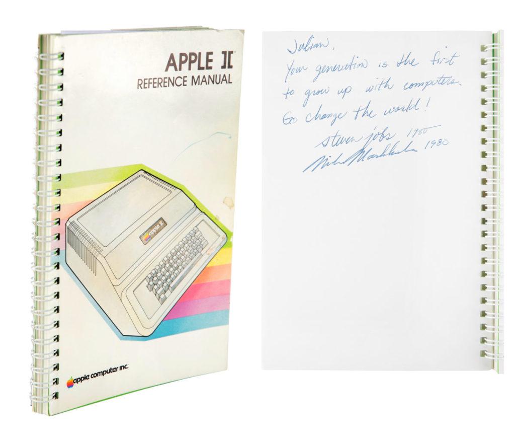 由 Steve Jobs 和 Mike Markkula 簽名題詞的 Apple II 說明書,極具收藏價值。