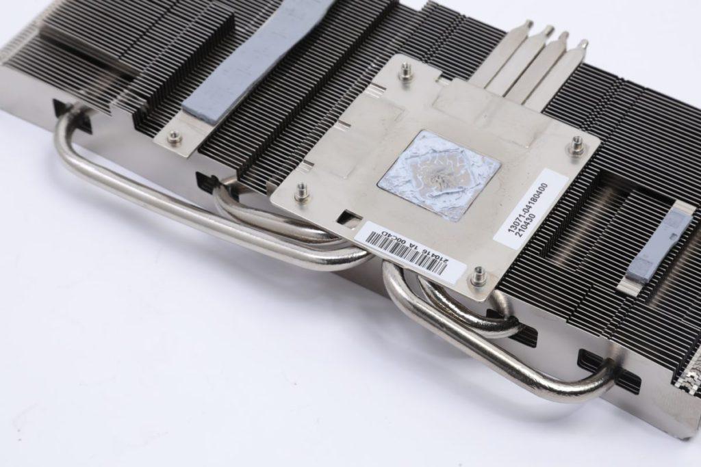 以 4 根 heatpipes 為主的鋁合金散熱模組,在 GPU 接觸部分經過特別設計以增加傳熱面積。