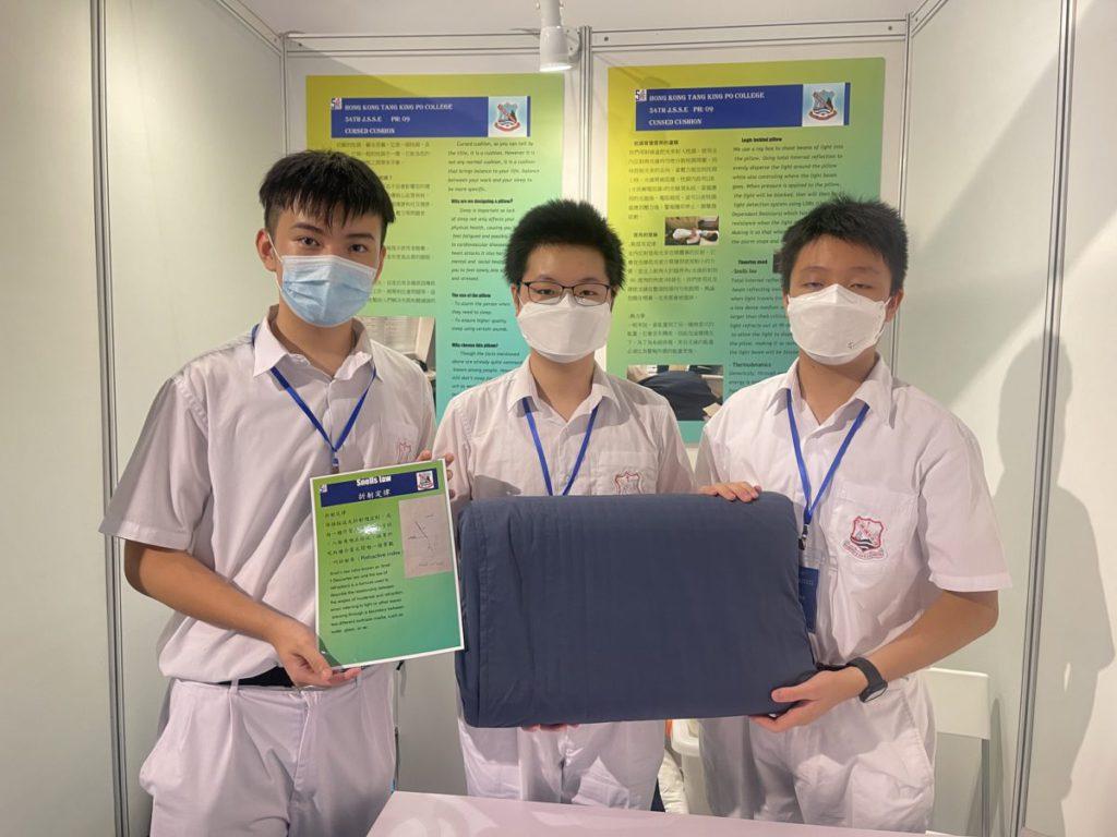 香港鄧鏡波書院的學生設計了一款「頑固的枕頭」,物如其名,學生們用心理解都巿人壞習慣,用創意解決問題,目的是想確保大家能平衡工作與睡眠。