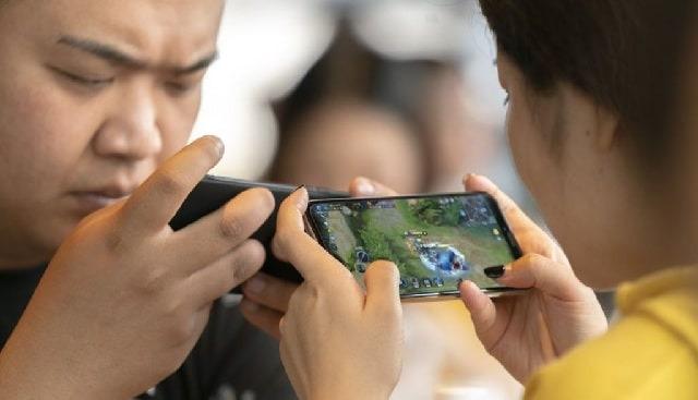 不少家長將手機視為電子奶嘴,讓小朋友玩手機遊戲以令他們「安靜下來」。新規定就要求家長、學校都要履行監護未成年人責任。