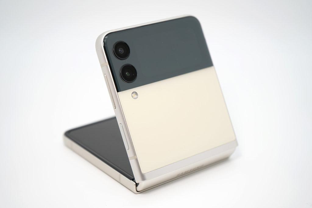 Galaxy Z Flip3定價進取,而且有多個顏色選擇,相當受年輕用戶喜愛。