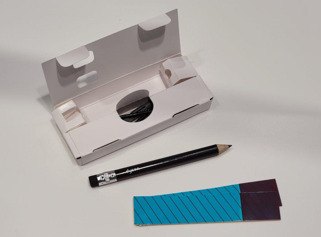 由於 Omni-glide 並非槍柄設計,不能懸掛於充電座,所以 Dyson 首次附送鉛筆,讓用戶劃線度好位,將 Omni-glide 可貼地裝進充電底座內。