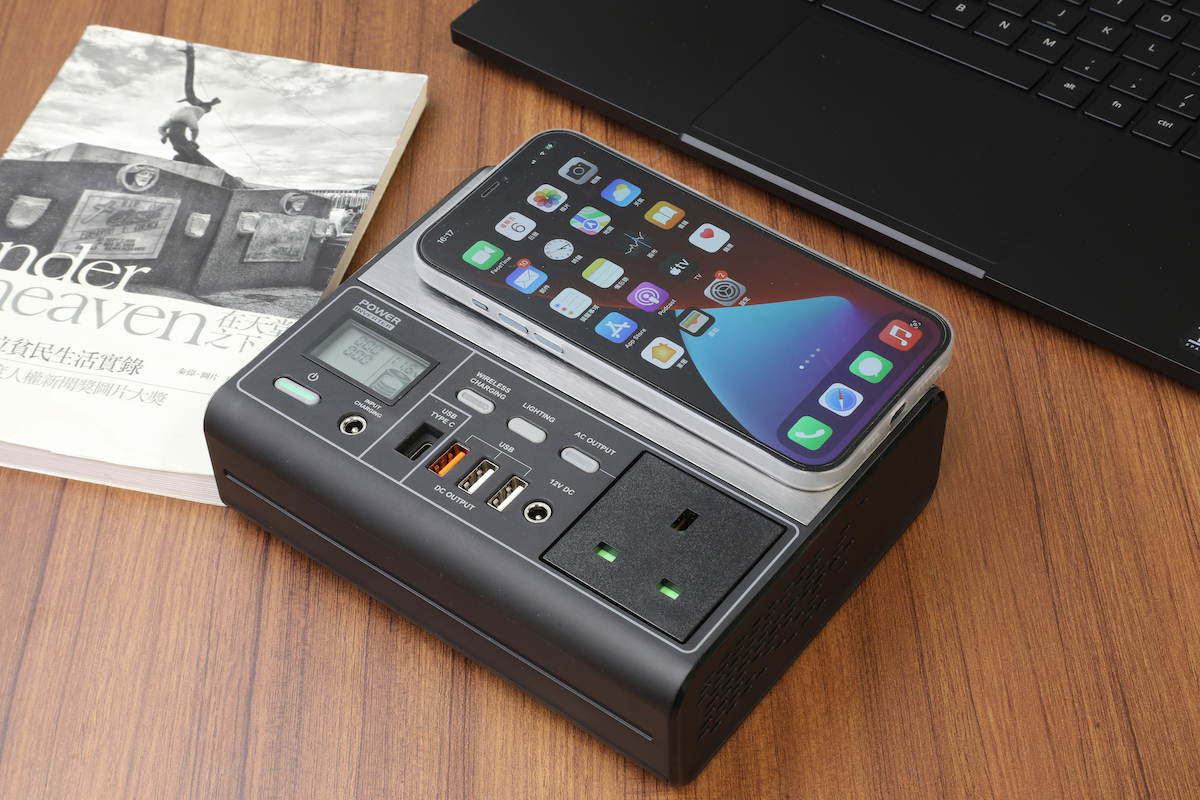EB150P 流動充電器有齊各種的充電方式,包括為手機作無線充電,另左下角的小屏幕能清楚顯示出各種操作狀態。