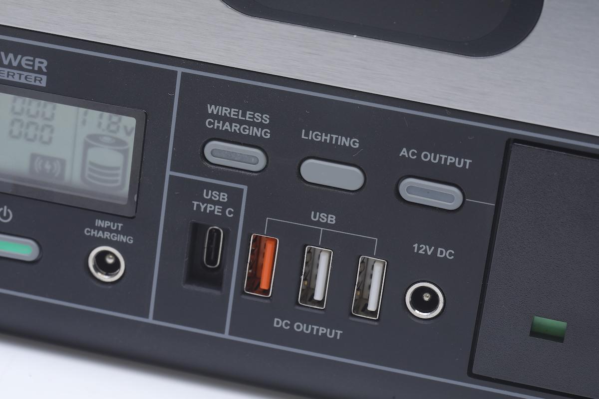 備有 1 個支援 60W PD 的 USB-C 及 3 個 USB-A 插頭,橙色一個支援 QC 3.0 快充,還有一個支援最高 12V/7A 的 DC 輸出。