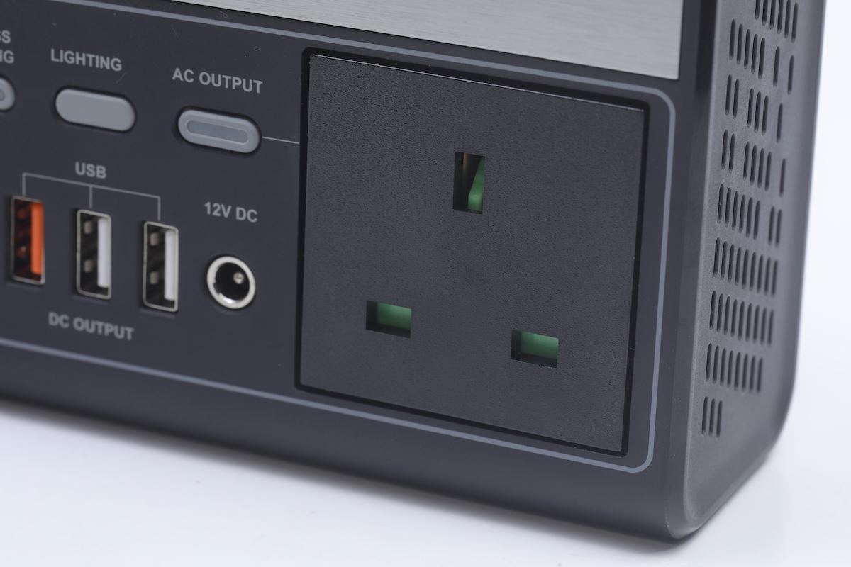 AC Output 為一個 13A 的插頭,支援 110V/230V,適合用於任何電壓的電器。