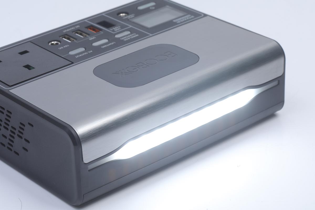充電器前方暗藏 LED 燈,既可調校亮度,緊急時甚至可作為 SOS 燈之用。