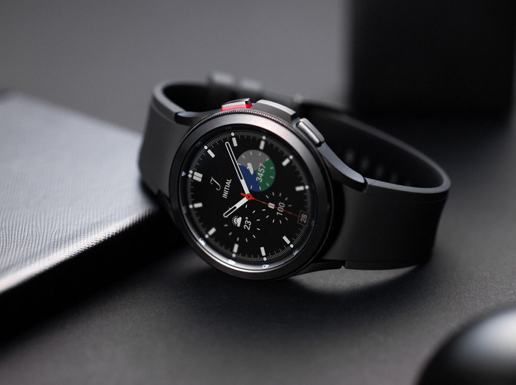 Galaxy Watch4 Classic 使用不鏽鋼材質並設有錶圈,維持一貫轉動錶圈操作設計,並有46mm及42mm兩款。