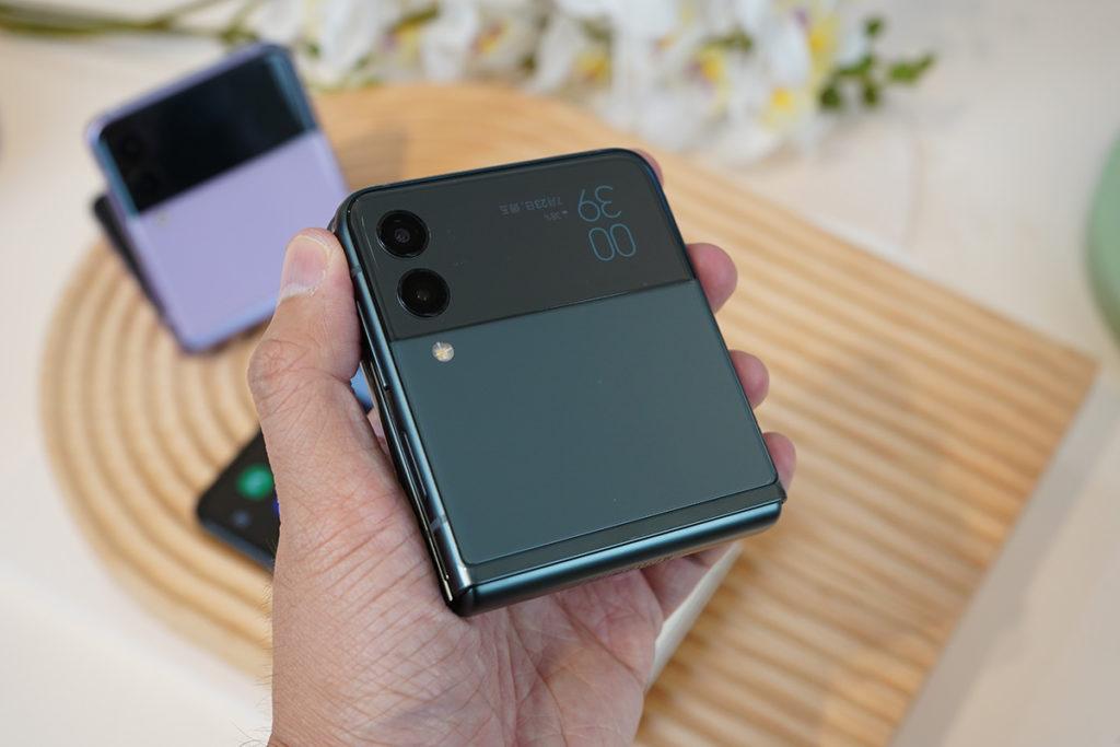 Galaxy Z Flip3的摺疊位較窄,因此單手拿起來相當紮實,機框質感亦比上代提升,令握感更趨圓滑。