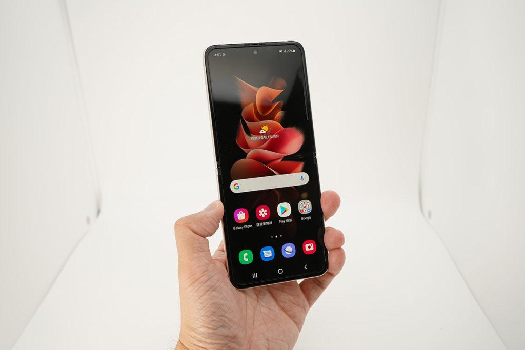21.9:9屏幕比例的6.7吋屏幕像Galaxy Z Fold3 主屏幕一般支援120Hz更新率。