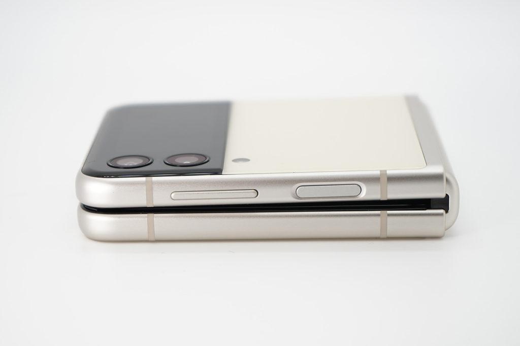 從側面看,可見縺鉸位的空間較窄,令機身摺合時會更纖巧,同Galaxy Z Fold3 一樣。