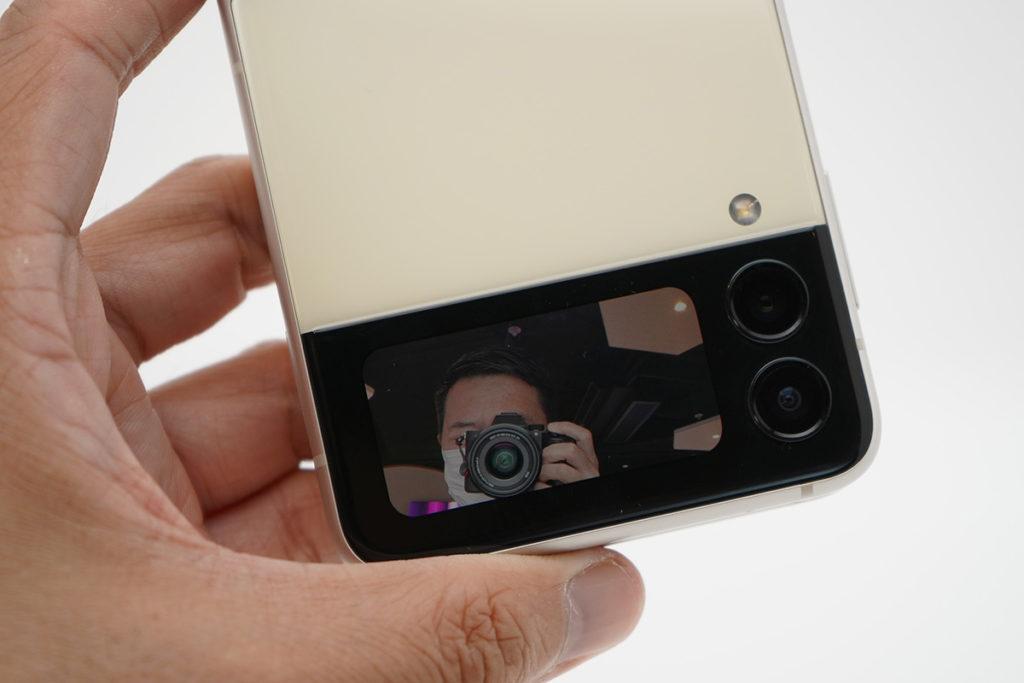 外屏幕變大至1.9吋,雙擊啟動相機用來自拍是極為方便的,取景效果十分好,今代更可用於錄影時取景,向上或向下掃就可改變相機焦距,令用戶單手就可以隨時影相拍片同Selfie,較上代更好玩。