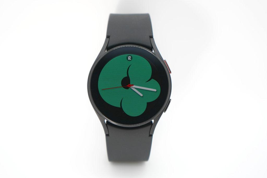 Galaxy Watch 4 運用了錶框觸控操作,外觀上較為中性。