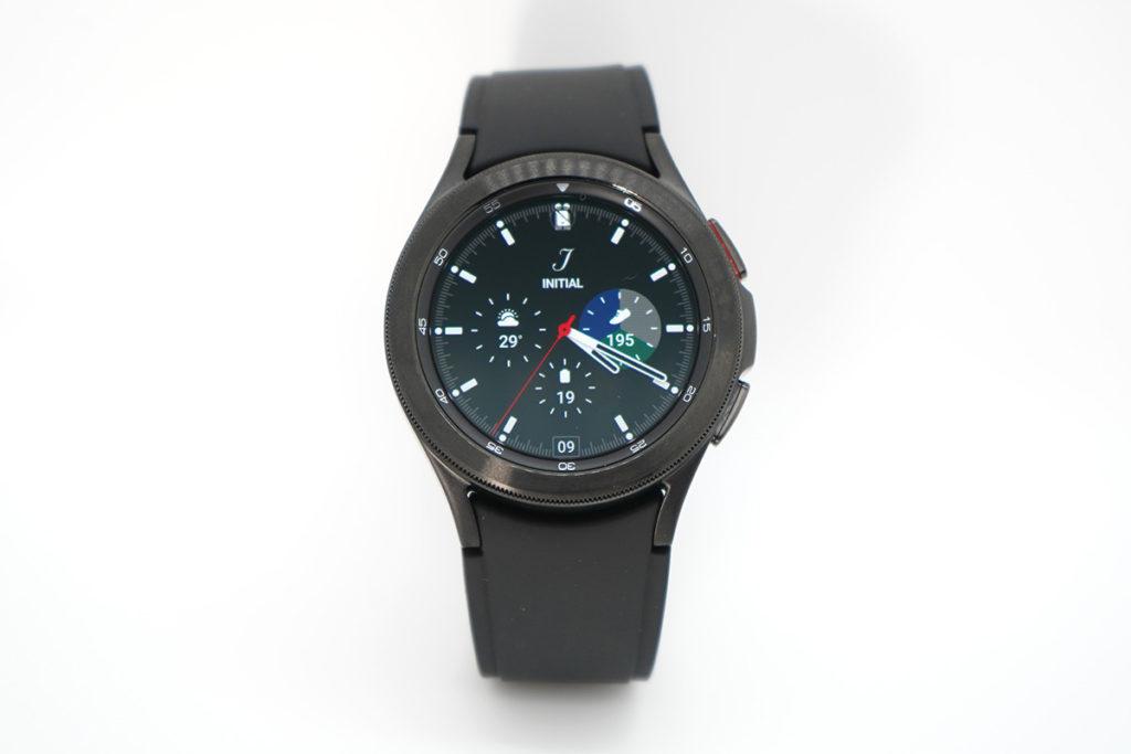Galaxy Watch 4 Classic因為有實體錶圈,轉動操作選擇功能相當爽快,外型也硬朗一點。