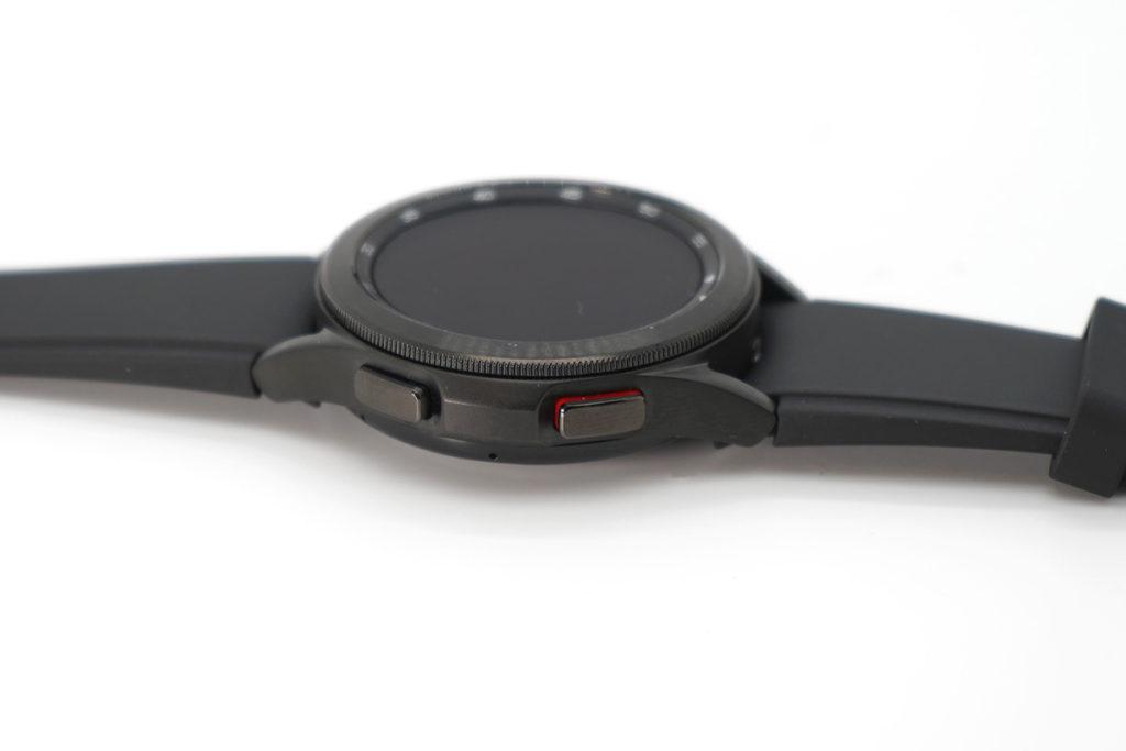 兩款錶錶側都備有 Home 及 Back 鍵功能,而且兩隻手指放於按鍵,再配合錶底的感應器,即可測量用戶的身體成分,包括骨骼肌含量、基礎代謝率、體內水分和體脂百分比等數據。
