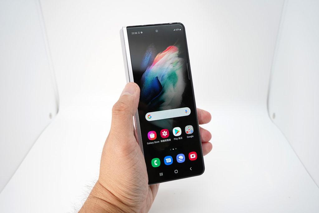 機面使用6.2 吋外屏幕,但由於機框質感有提升,而且機身摺疊後較上代薄,重量也比上次輕,Galaxy Z Fold3 握感是較 Galaxy Z Fold2 更實在及穩定。