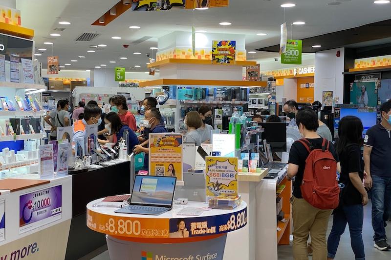 今早豐澤開舖後即現人潮,部分市民領取消費券後出新手機,亦有人選擇購買智能家電。