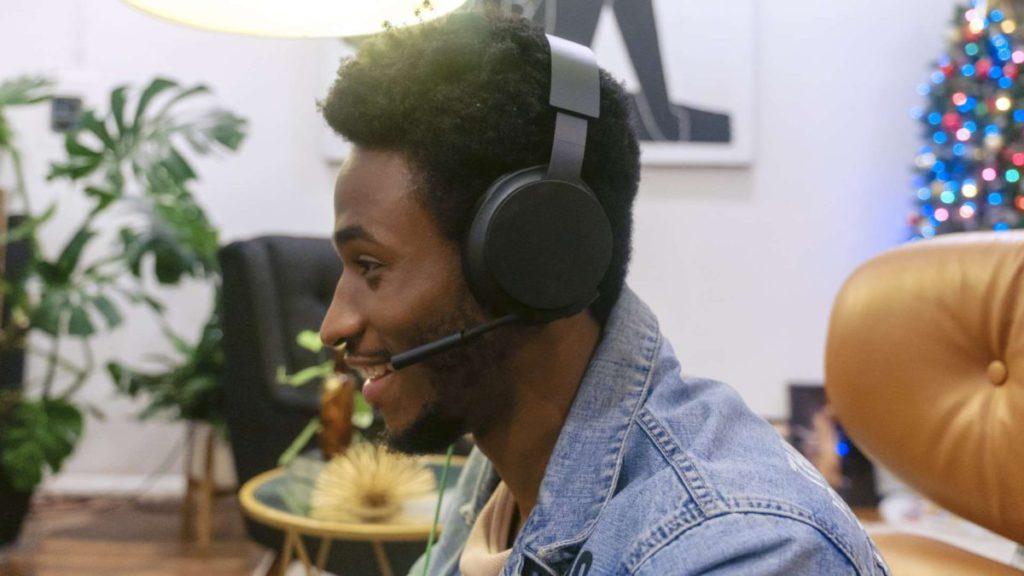 Xbox Stereo Headset 提供清晰的話音,同時支援 Windows Sonic 、 Dolby Atmos 等高保真空間音效。