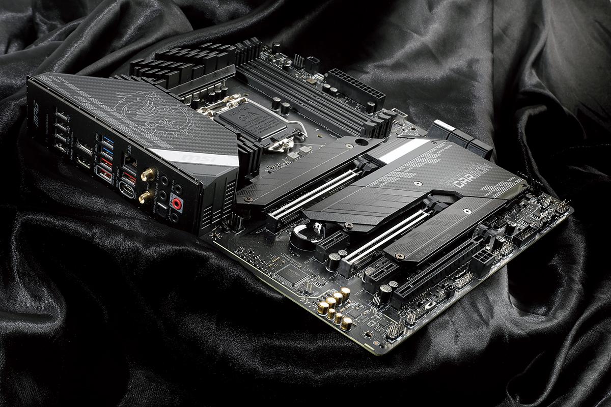 背板既有眾多 USB 埠,也有 HDMI 及 DisplayPort 等輸出。