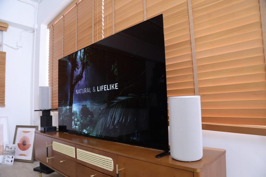 HT-A9 擺位容易,前置喇叭只需放在電視機旁,不用度位也可,另一隻可以不同高度 (遠方 LF 喇叭),只要有電源供應便可。