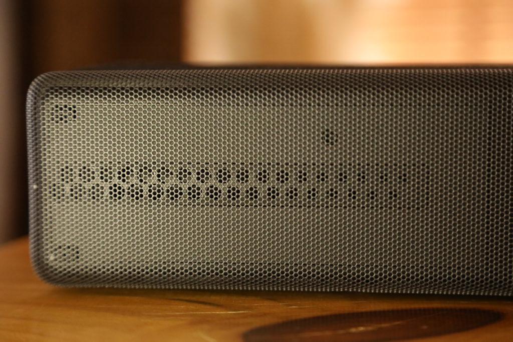HT-A7000 為加強左右包圍效果,新設計的樑型高音,高音會經過一組音孔由內向外散開。