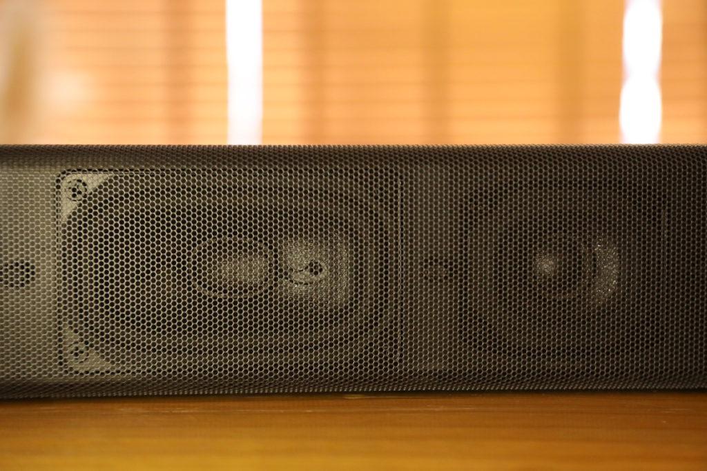 中間部分有非圓形的 X-Balanced 揚聲器單元,以及雙低音單元(左),盡用 Soundbar 空間加大單元面積。