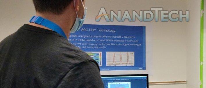放大照片,可以見到牆上的橫額寫著「 80Gbps 物理層技術」,又寫有 Thunderbolt 5 的技術資料。(來源: AnandTech )