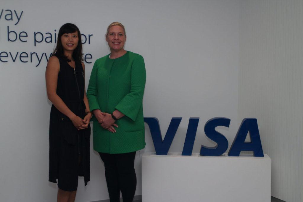 鍾德怡(左)與史美琪(右)介紹 Visa 的中小企產品。