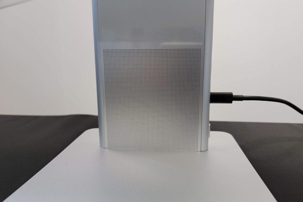支架內置了兩個全頻揚聲器及雙麥克風,滿足用戶對會議或通話的需求。