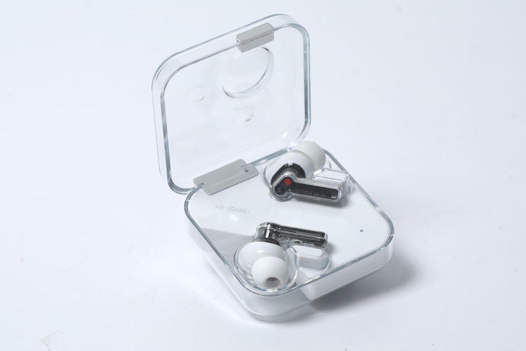 本體及充電盒中都滲入了透明設計,加上白色為主調,充滿了未來感。
