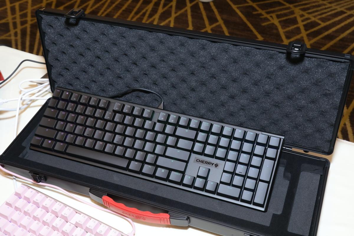 MX10.0 Low Profile 紅軸鍵盤外型比較時尚,減價 $300 現場價 $1,180 。想有傳統手感可考慮 MX BOARD 1.0 TKL 黑軸或青軸。