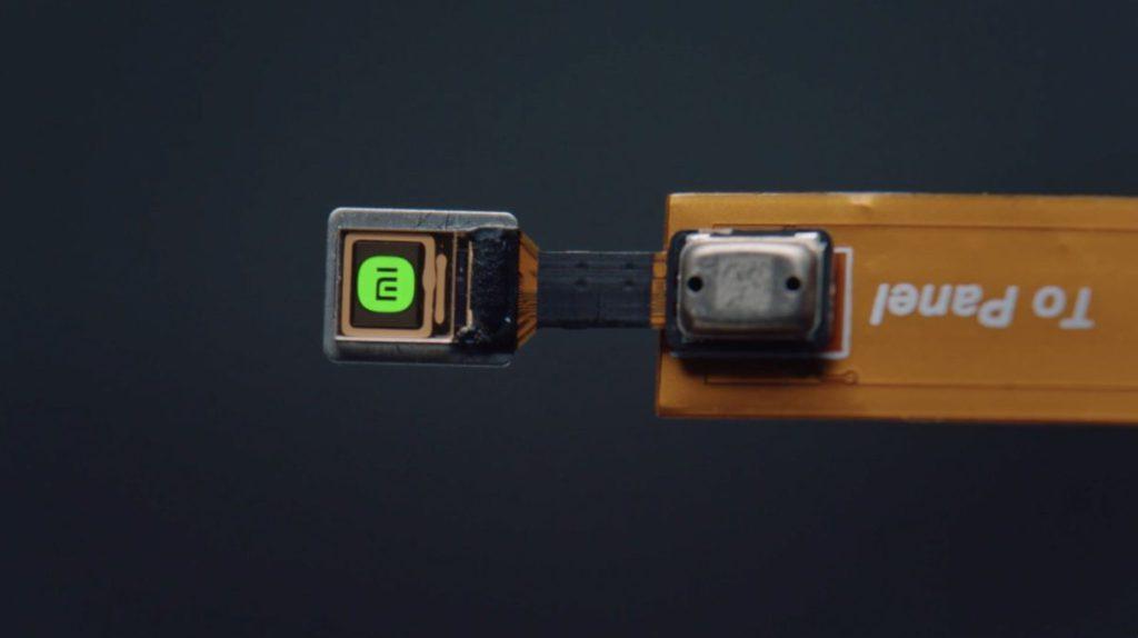 採用單色 microLED 屏幕,峰值亮度可達 200 萬尼特。