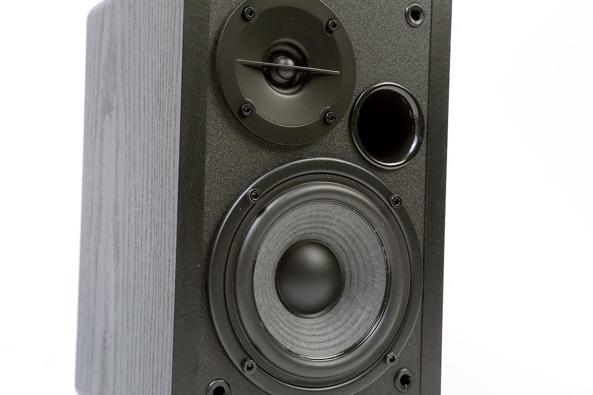 配備 13mm 高音單元及 4 吋長衝程中低音單元。