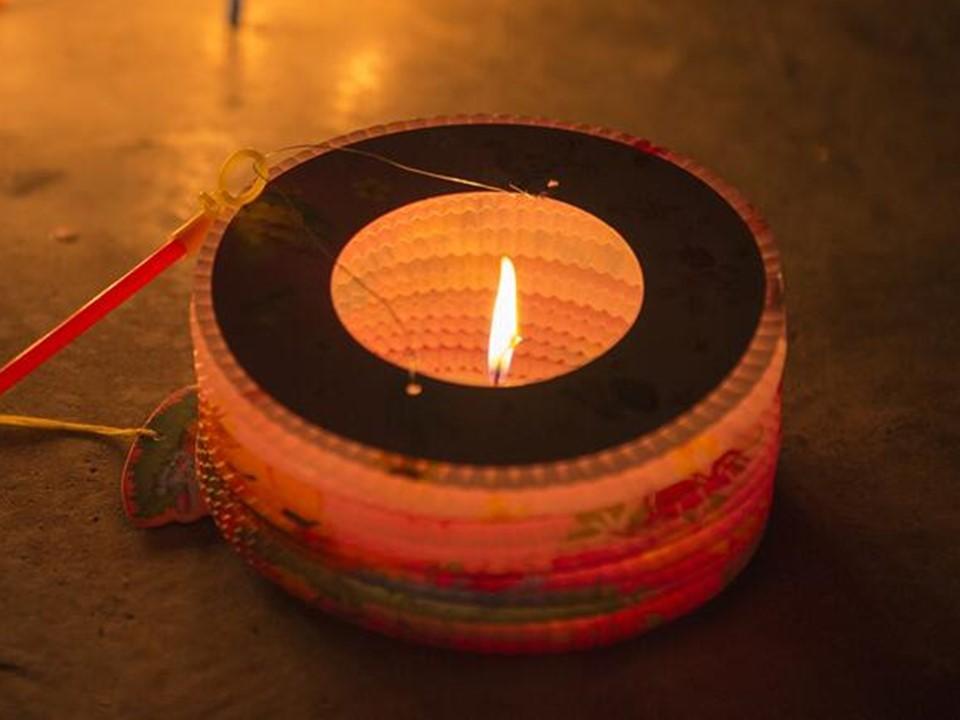 透光的罩或籠可阻擋氣流,避免火光被風吹滅。