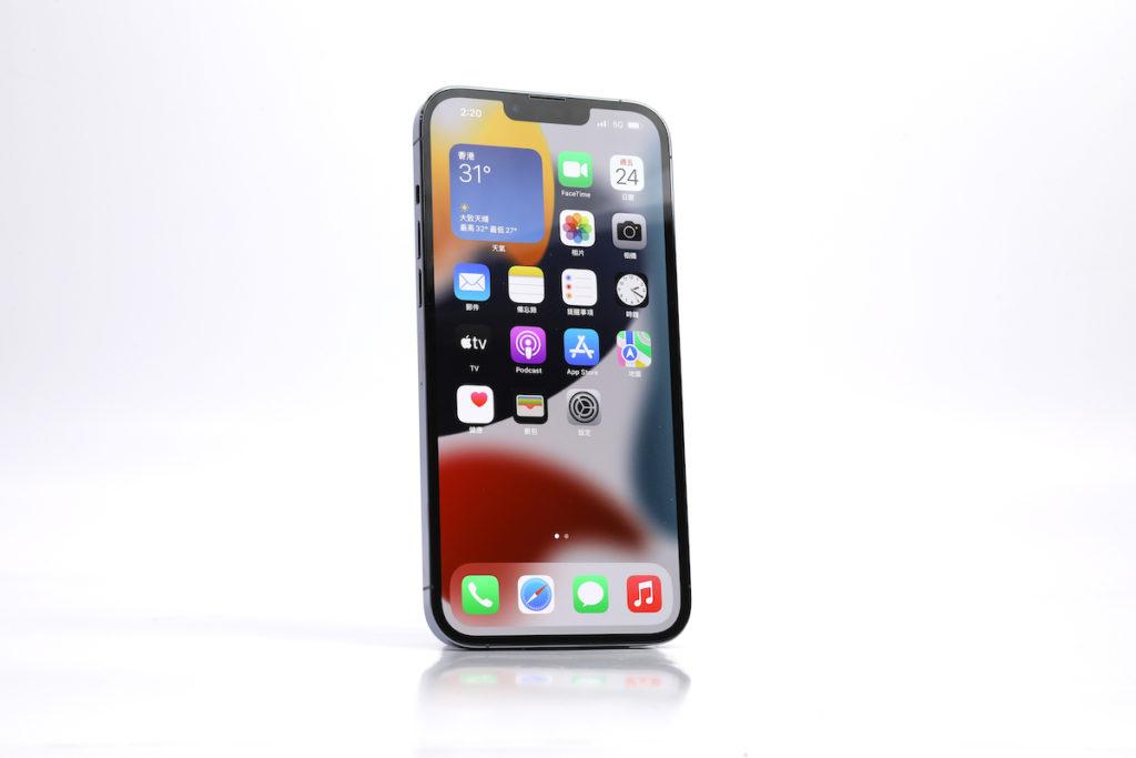 iPhone 13 Pro Max 續用 6.7 吋 Super Retina XDR 屏幕,而且可見瀏海位置縮細了。