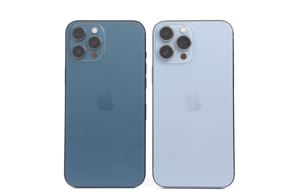 同樣是啞面磨砂玻璃機背,但可見 iPhone 13 Pro Max 「天峰藍色」機身會帶點閃亮效果。