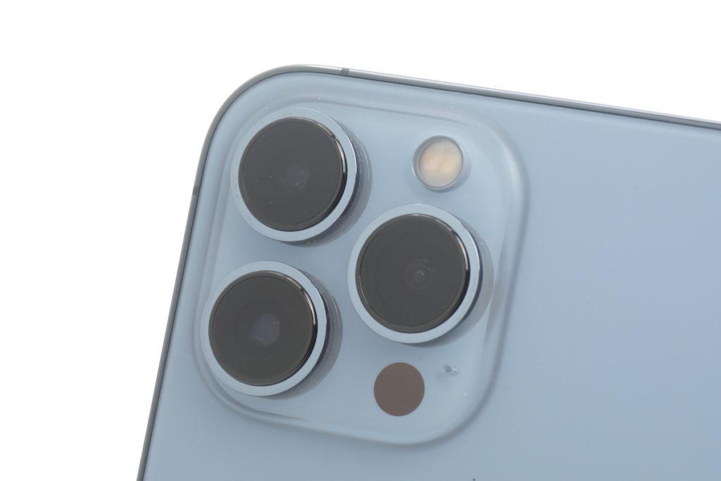 機背具備的三鏡主攝看似與上代相同,但實物比較下「三眼」及鏡頭模組均大一點。