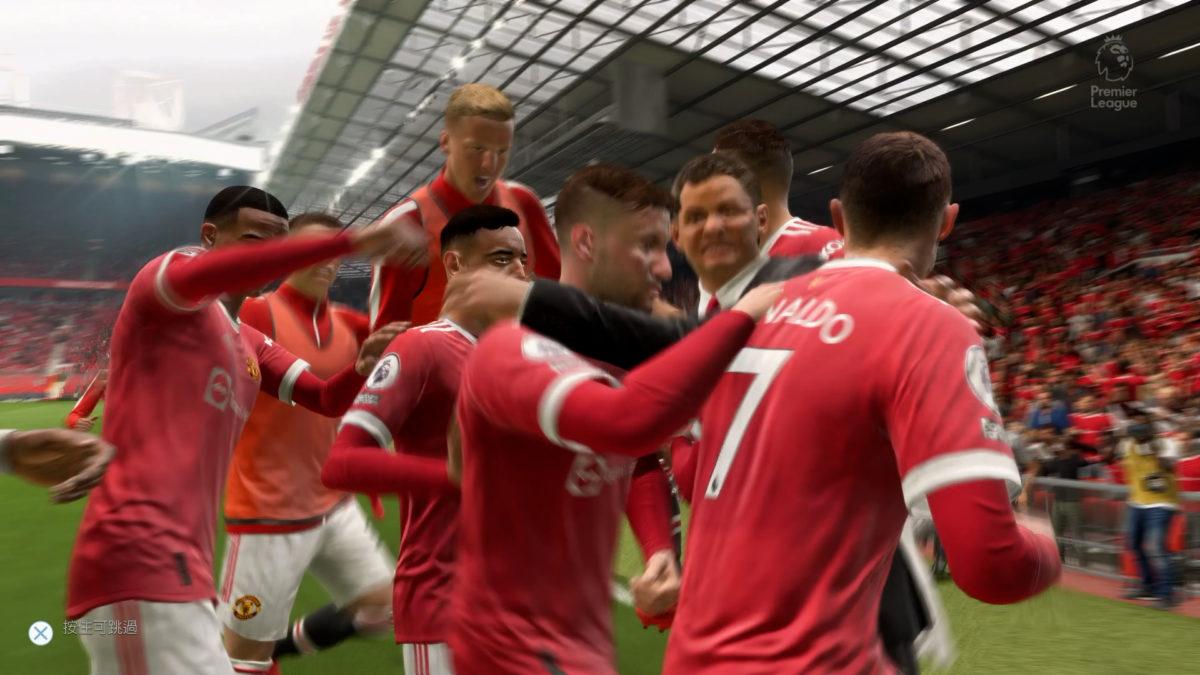 第一次在 FIFA 見到領隊會冲入場内與球員慶祝,確實是一個新奇的改動,相信令到不少玩家大嚇一驚。