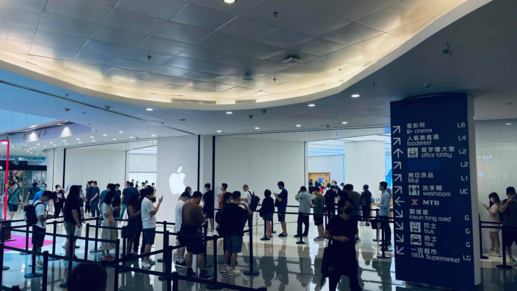 各 Apple Store 早上都有數十人排隊輪候取機。