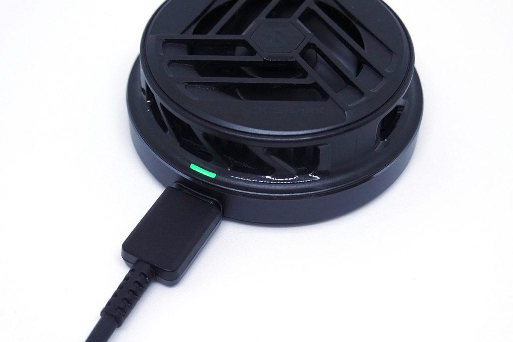 使用USB-C介面供電,有綠燈顯示是否運作中。