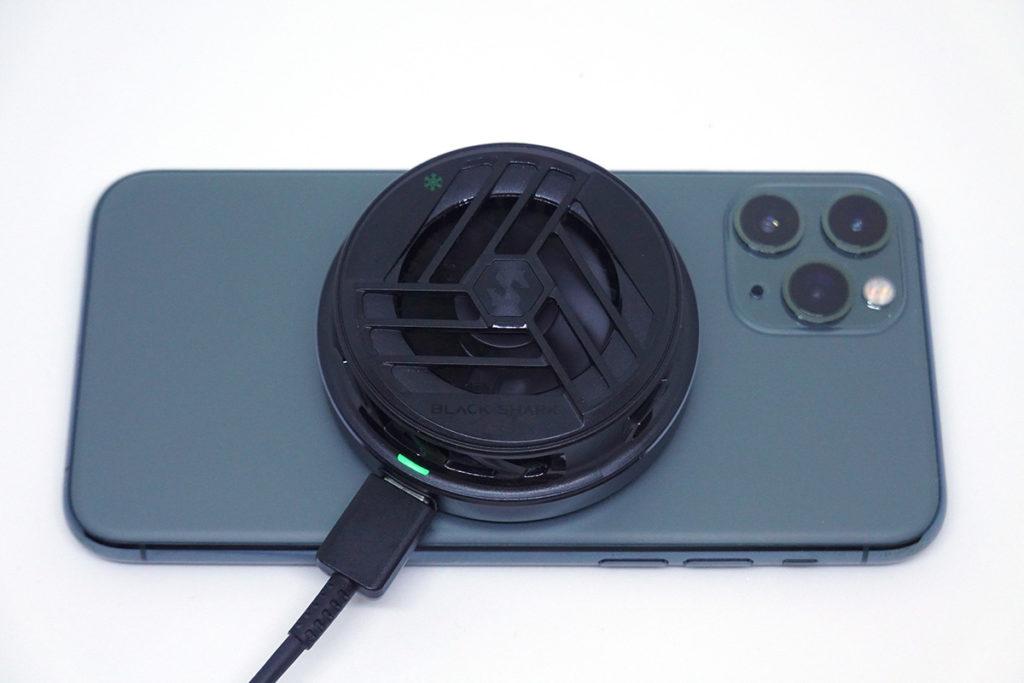 使用15粒N52釹鐵硼強磁組成磁鐵陣列,如果大家是iPhone 12系列的用家,就可以將黑鯊冰封製冷背夾2直接吸上機背使用,非常方便。