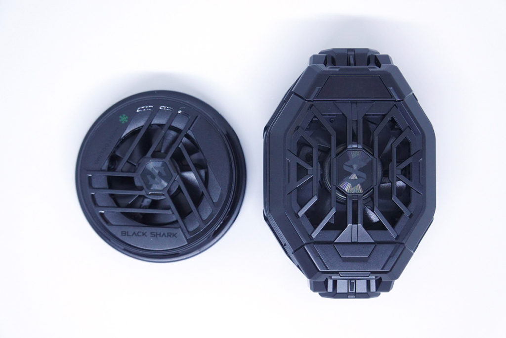 與黑鯊冰封製冷背夾2 Pro(右)比較,黑鯊冰封製冷背夾2磁吸版小巧得多。