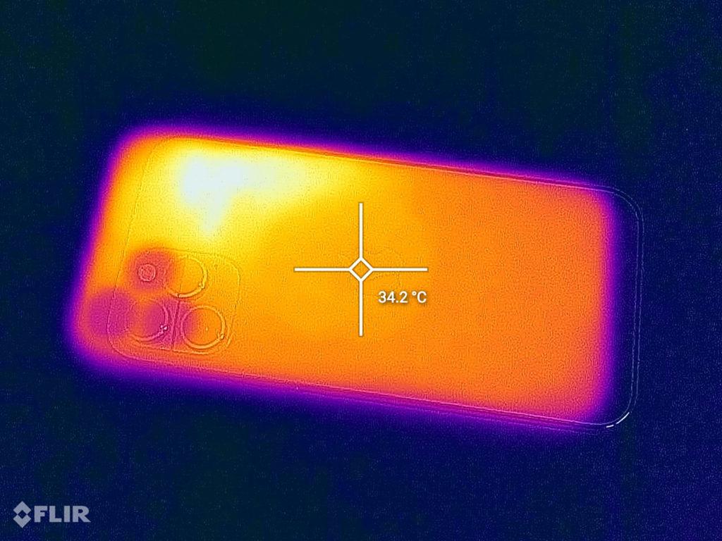 玩15分鐘《Call of Duty:Mobile》後機身中間溫度升至34.2度。