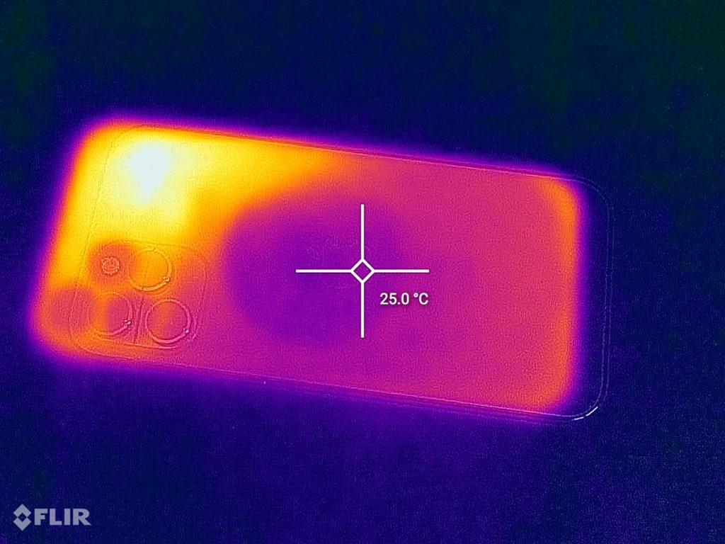 吸上黑鯊冰封製冷背夾2磁吸版同樣玩15分鐘《Call of Duty:Mobile》後,中間位置溫度卻只有25度,而且散熱器旁邊的位置也有降溫效果。