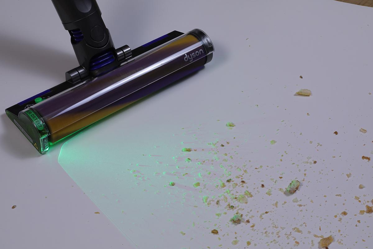 智能雷射輕量軟絨毛滾筒吸頭的一邊設有雷射光線裝置,吸塵時會發出綠色雷射光。