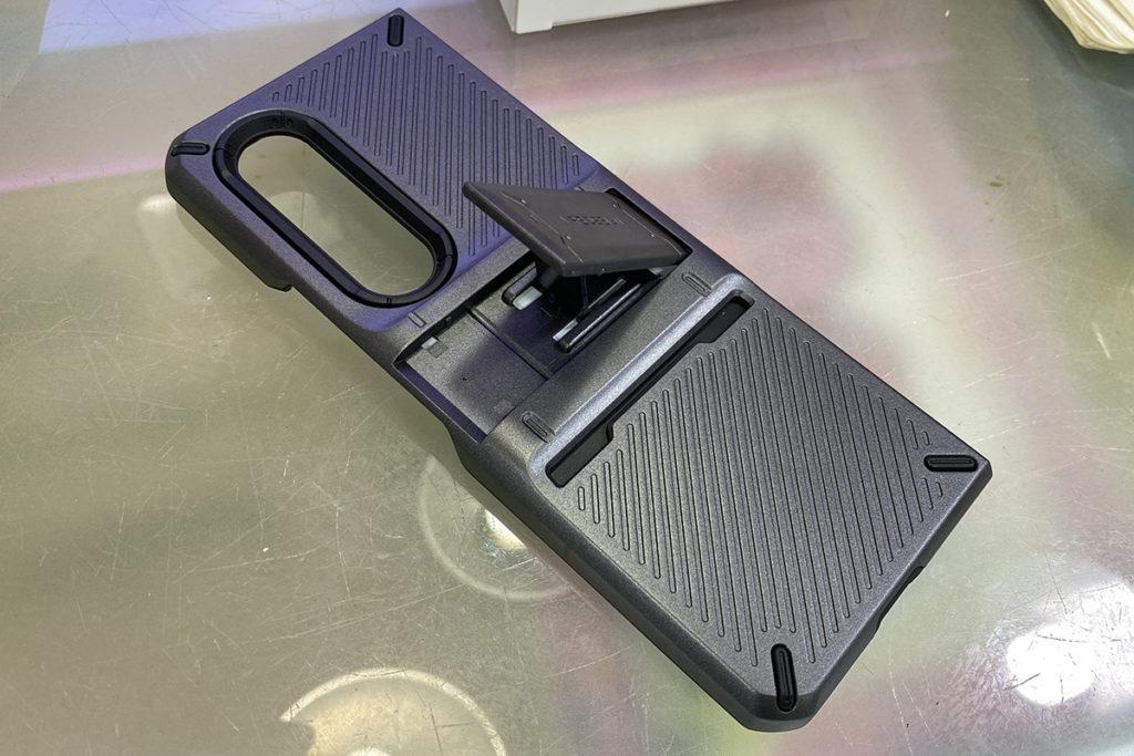 機背一側內置支架,拉出後可將Galaxy Z Fold3 以18度或63度斜放,方便瀏覽網頁或觀看影片。